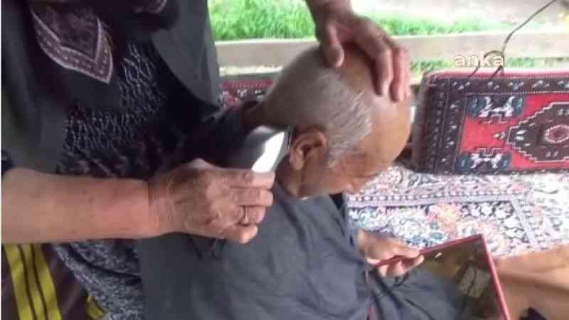 32 yıldır eşi tıraş ediyor