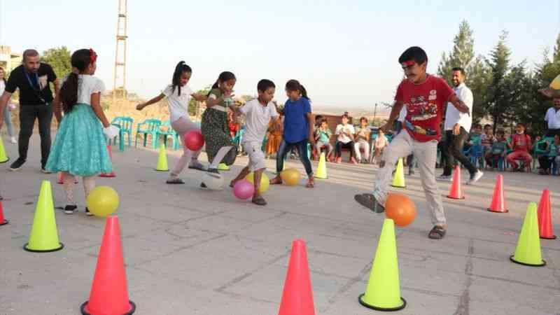 Köylerde düzenledikleri etkinliklerle çocukların yüzünü güldürüyorlar