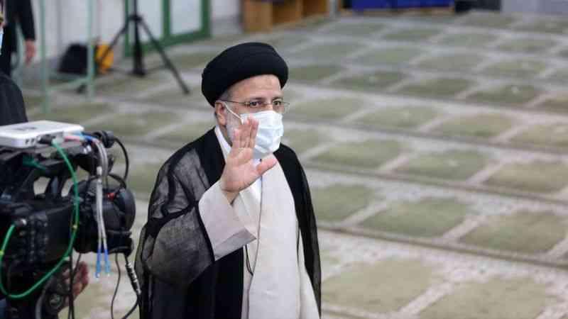 İran'da resmi olmayan sonuçlara göre cumhurbaşkanlığı seçimlerini muhafazakar aday Reisi kazandı
