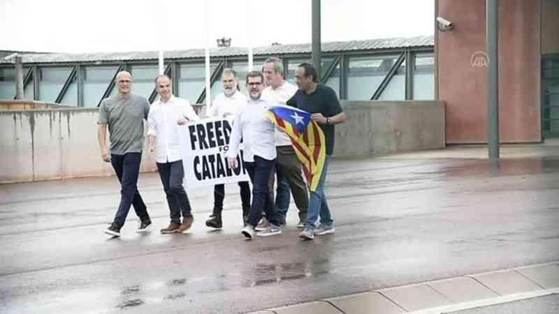 Cezaevinden çıkan ayrılıkçı Katalan siyasetçiler İspanyol devletine meydan okumaya devam etti