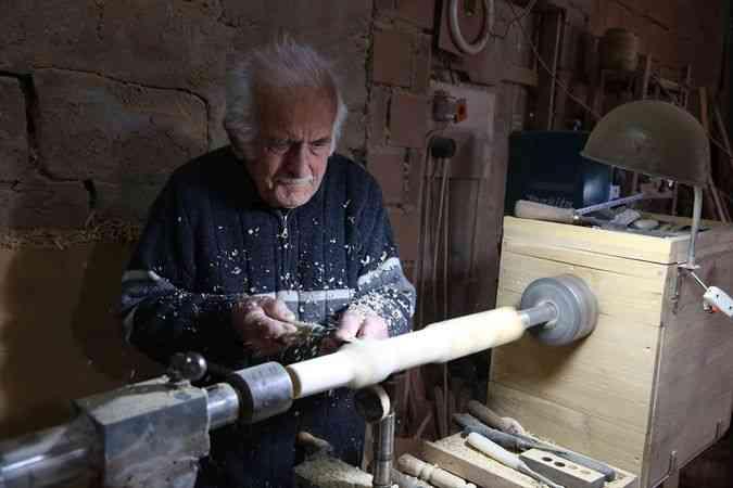 Artvinli Asım dede 42 yıldır ahşaba şekil veriyor