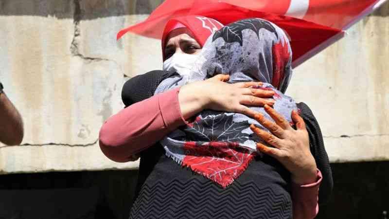 Van'da HDP önünde eylem yapan anne, kızının PKK'dan kaçmasının mutluluğunu yaşıyor