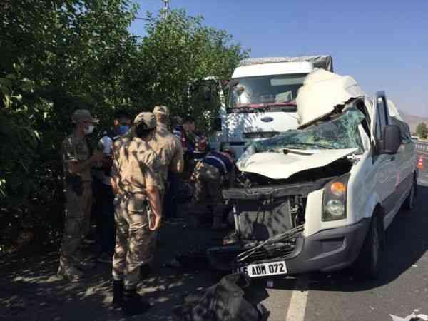 Elazığ'da düğün minibüsü park halindeki kamyona çarptı: 3 ölü, 12 yaralı