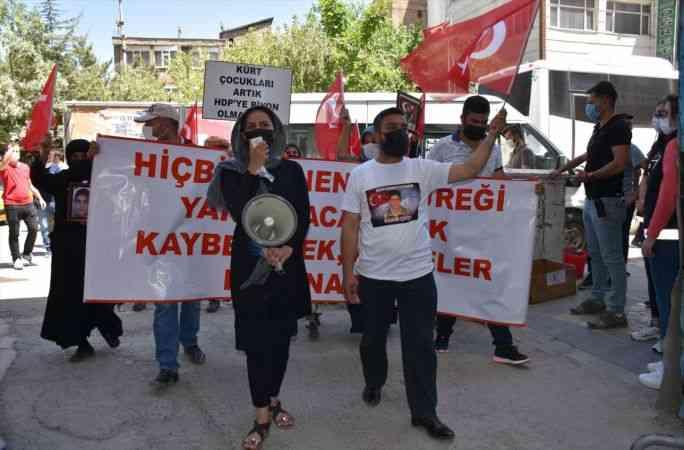 Hakkari'de terör mağduru aileler çocuklarına kavuşmak için HDP İl Başkanlığı önünde eylem yaptı