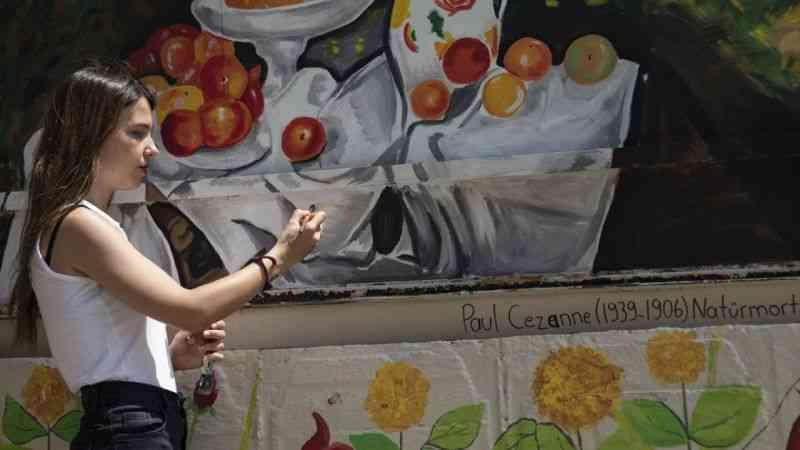 İzmir'de üniversite öğrencileri, bir ortaokulun bahçesini ünlü ressamların eserleriyle renklendirdi