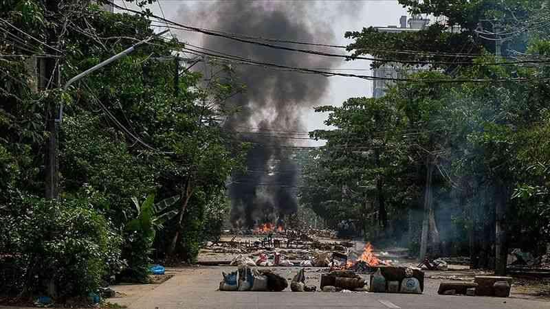Myanmar'da darbe yanlısı gruplar muhalifleri terör örgütlerine benzeterek karalamaya çalışıyor