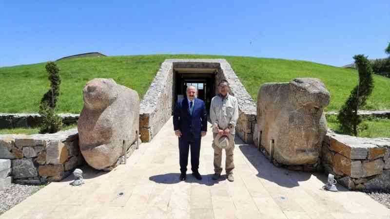 Bakan Varank, Kalehöyük'ü ziyaretinde Japon Arkeolog Sachihiro Omura ile kazı için sözleşti