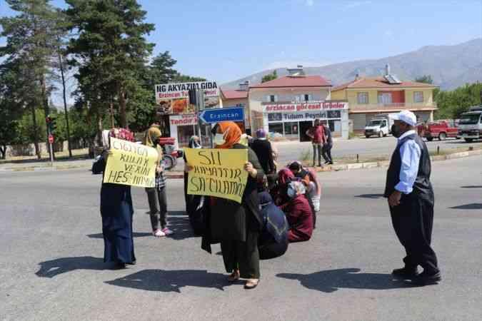 Erzincan'da içme sularının yetersiz olduğunu öne süren bazı mahalle sakinleri yol kapatma eylemi yaptı