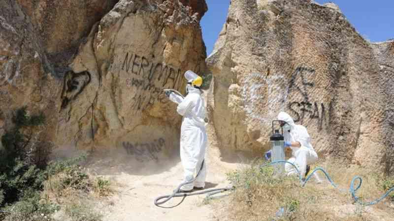 Kapadokya'da peribacaları ve doğal kaya oluşumları üzerindeki yazılar temizlendi