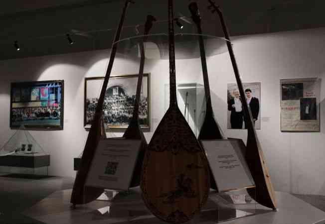 Kazakistan'da mili çalgı Dombra'nın sergisi açıldı