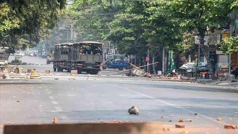 """Myanmar'da darbe karşıtlarını destekleyen polisler, meslektaşlarını """"halkın yanında yer almaya"""" çağırdı"""