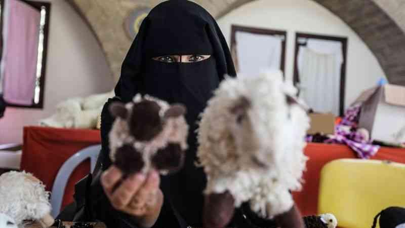 Gazze'de kadınların Kurban Bayramı öncesinde el işi oyuncak mesaisi