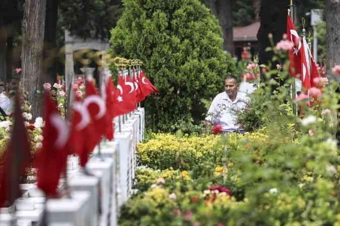 Şehit aileleri Edirnekapı Şehitliği'nde şehitlerin kabirlerini ziyaret etti