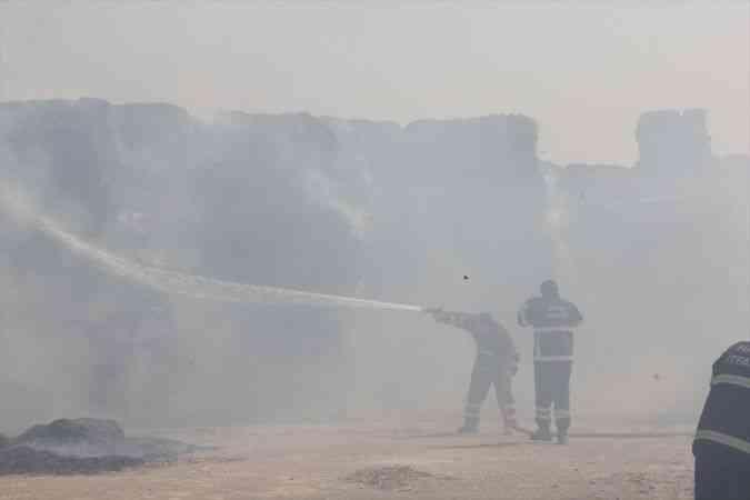 Hatay'da mısır silajı balyalarının bulunduğu alanda çıkan yangına müdahale ediliyor