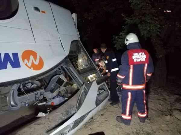 Malatya'da kaçak afgan göçmenleri taşıyan otobüs devrildi: 3 yaralı