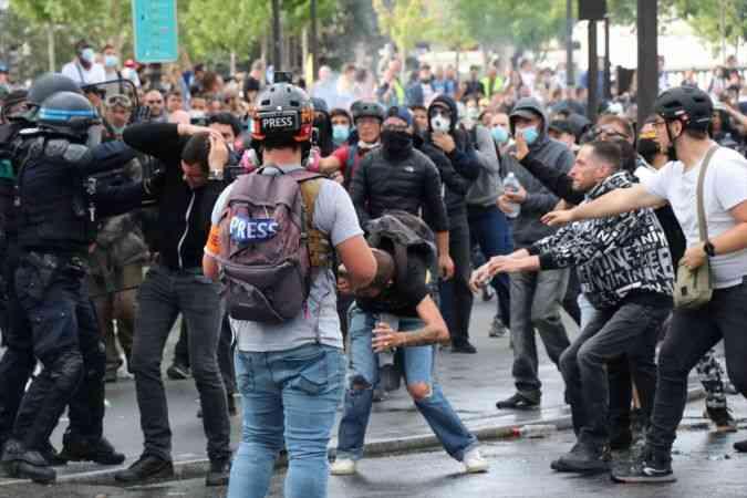 """Fransa'da """"Kovid-19 aşısı zorunluluğu"""" ve """"sağlık ruhsatı"""" karşıtları meydanları doldurdu"""