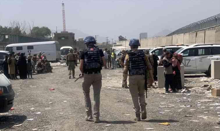 Kabil'de ülkeyi terk etmek için havalimanında bekleyenlere Türk polisinden yardım eli