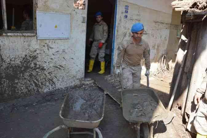 Sel yaşanan Kastamonu'da vatandaşlar, evlerini temizleyen askerlere minnettar