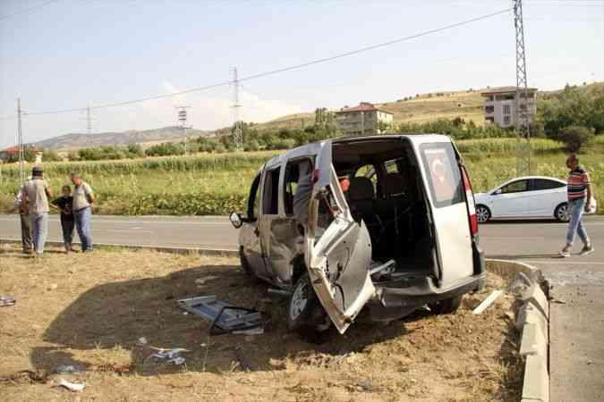 Sivas'ta ambulansla hafif ticari araç çarpıştı: 7 yaralı