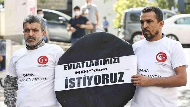 Evlat nöbeti tutan babalar, HDP Genel Merkezi'ne siyah çelenk bıraktı