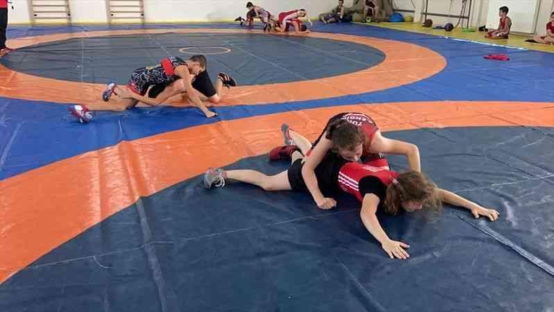 Uluslararası Güreş Kampı, 100'ün üzerinde sporcunun katılımıyla Edirne'de başladı