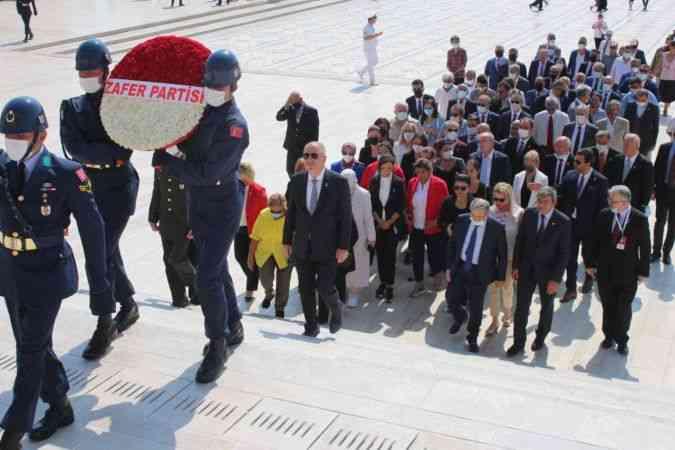 Zafer Partisi Genel Başkanı Ümit Özdağ ve parti yöneticileri, Anıtkabir'i ziyaret etti