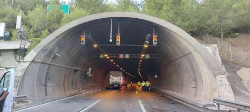 İzmir'de tünel girişinde kamyonun çarptığı otomobil alev aldı: 4 ölü, 2 yaralı