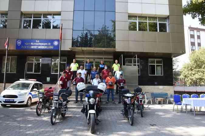 Türkoğlu'nda motosiklet sürücülerine kask dağıtıldı