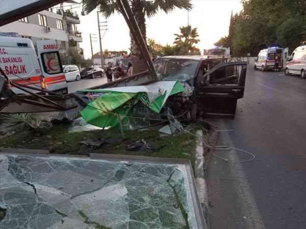 Manisa'da tarım işçilerini taşıyan minibüs refüje çarptı: 18 yaralı