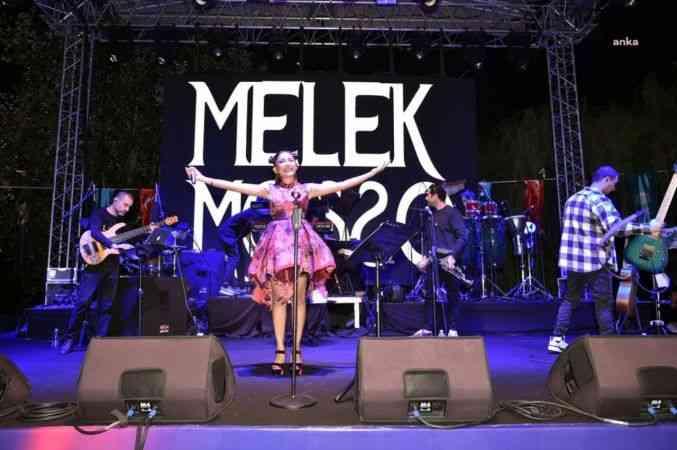 Beşiktaş Sanatçılar Parkı'nda Melek Mosso konseri