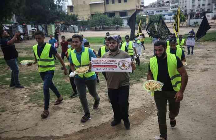 Gazzeliler, Filistinli 6 tutuklunun İsrail hapishanesinden kaçışını tatlı dağıtarak kutladı