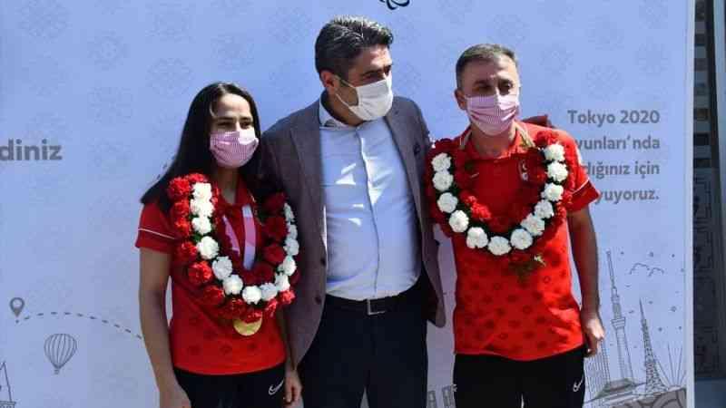 Golbol Kadın Milli Takımı sporcusu Fatmagül Güler ve antrenör Gültekin Karasu'ya coşkulu karşılama