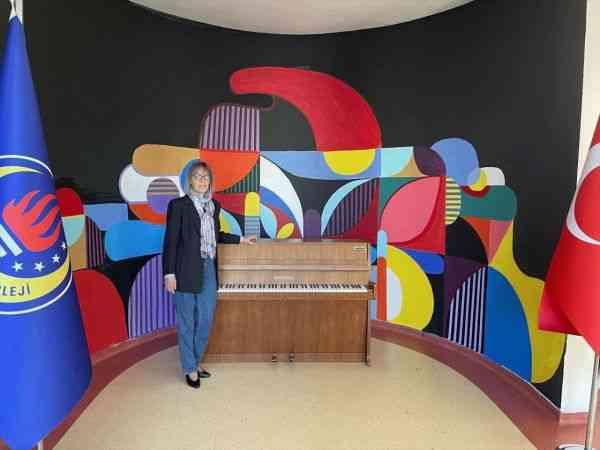 Alman asıllı ressam ailesinin düğün hediyesi 57 yıllık piyanoyu okula bağışladı