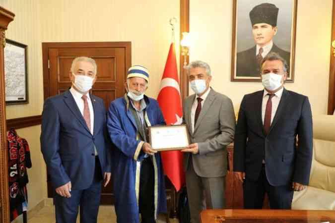 """Erzincan'da 78 yaşındaki demirci ustası """"yılın ahisi"""" seçildi"""