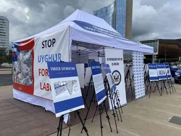 Uygur Türkleri Cenevre'de BM önünde fotoğraf sergisi açtı