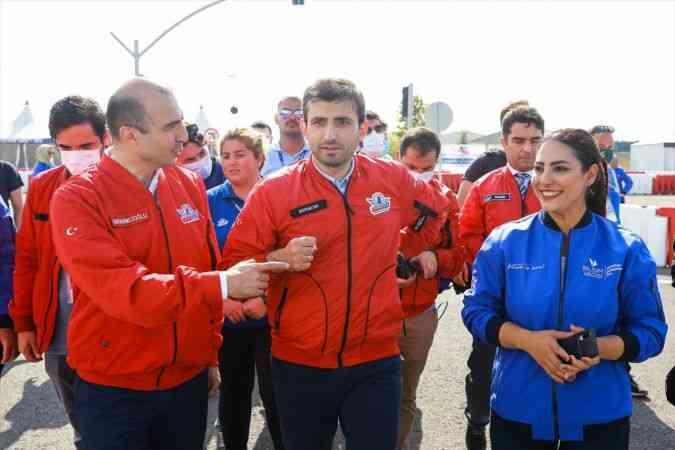 TEKNOFEST Yönetim Kurulu Başkanı Bayraktar, yarışmacı gençlerin çağrısına kayıtsız kalmadı