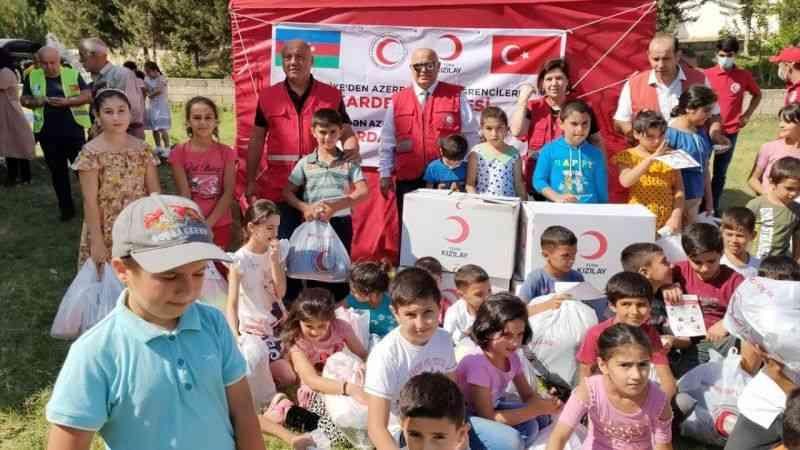 Türk Kızılay, Karabağ'daki çocuklara kırtasiye ve giysi yardımı yaptı