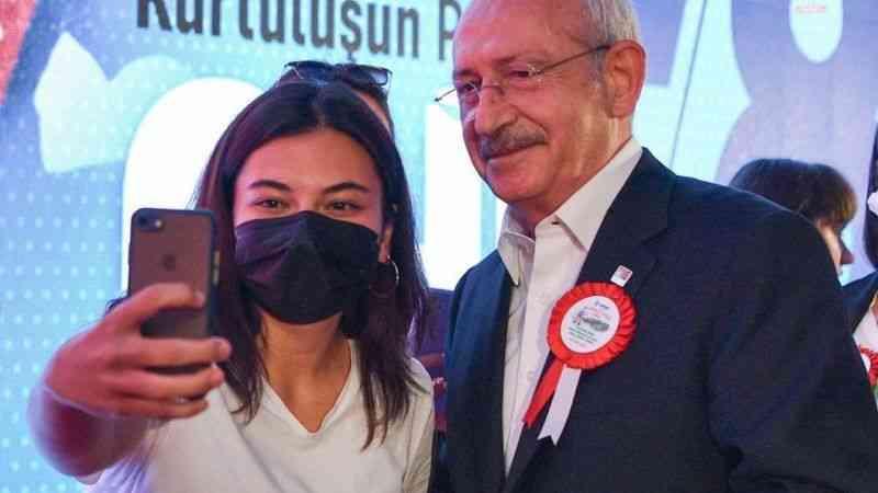 Kılıçdaroğlu, partiye yeni katılan kadın üyelerin rozetlerini taktı