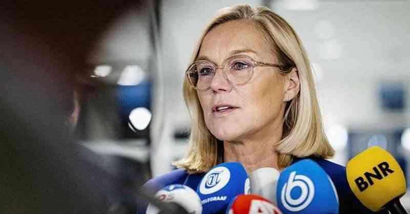 Afganistan'daki tahliyeler için eleştirilen Hollanda Savunma Bakanı istifa etti