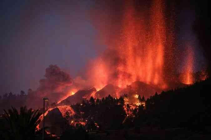 Kanarya Adaları'ndaki Cumbre Vieja Yanardağı'nda patlama gerçekleşti