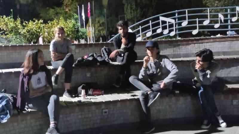 Kalacak yer bulamayan öğrenciler, parkta oturma eylemi başlattı