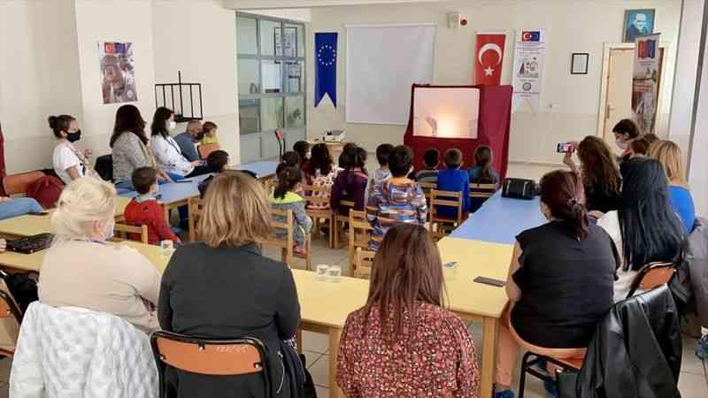 Okul müdürü Kovid-19 tedbirlerini öğrencilere Karagöz oyunu ile anlatıyor