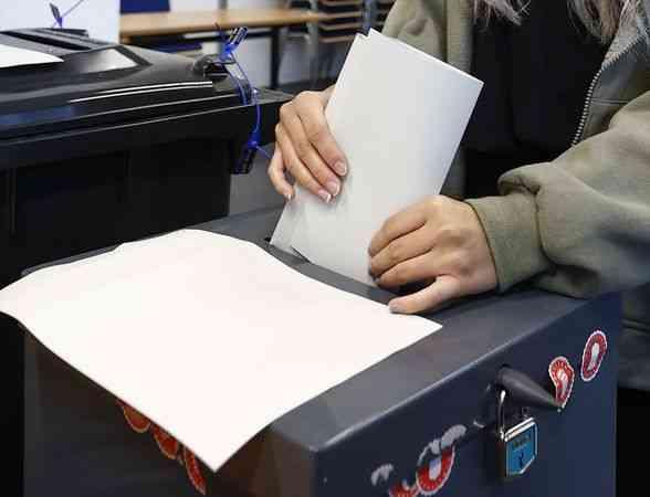 Almanya'da başbakan adayları oylarını kullandı