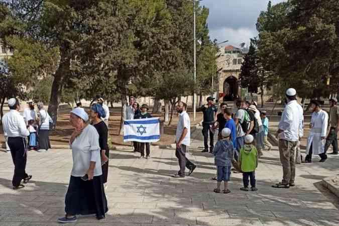 Mescid-i Aksa'ya baskın düzenleyen fanatik Yahudiler Harem-i Şerif'te İsrail bayrağı açtı