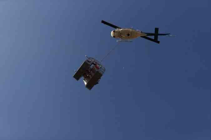 Helikopterle 170 bin voltluk elektrik hattı üzerinde havada asılı mesai yapıyorlar