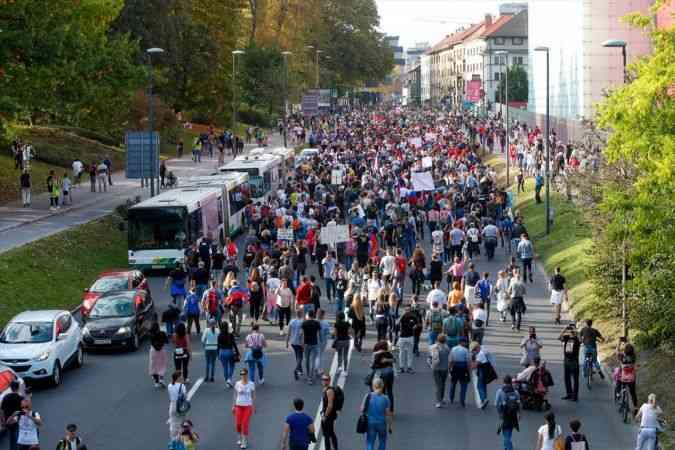 Slovenya'da Kovid-19 tedbirlerini protesto eden gruba polis müdahale etti