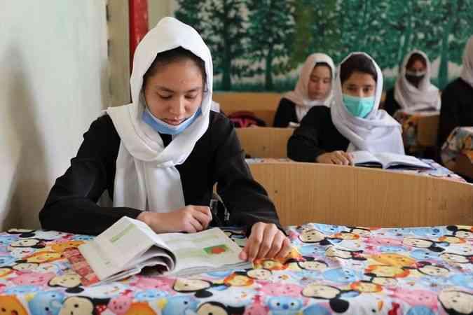 Afganistan'da kız öğrencilerin lise eğitimi yalnızca Mezar-ı Şerif'te sürüyor