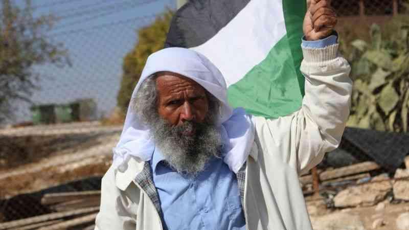 İlerleyen yaşına rağmen elinde bayrak dilinde tekbirle Filistin direnişinin sembolü oldu