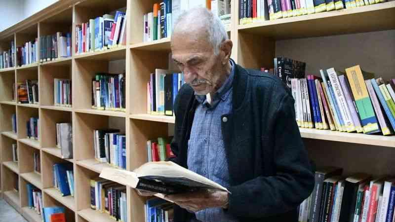 """Edebiyat kentinin 79 yaşındaki """"kitap kurdu"""" öğrencilere örnek oluyor"""