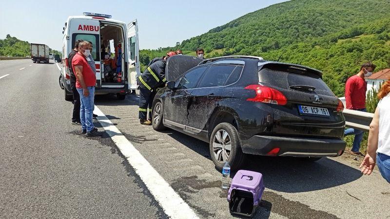Lastiği çıkan otomobil bariyerlere çarptı;4 yaralı